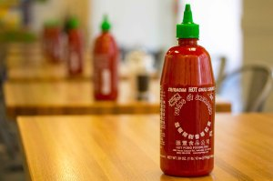 Sriracha_Hot_Sauce_Bottles_Freshii_Restaurant_Family_Dinner_Downtown_Grand_Rapids_June_27,_2014_1_(14552677466)